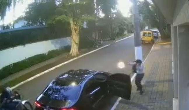Ao perceber que se tratava de um assalto, os agentes intervieram