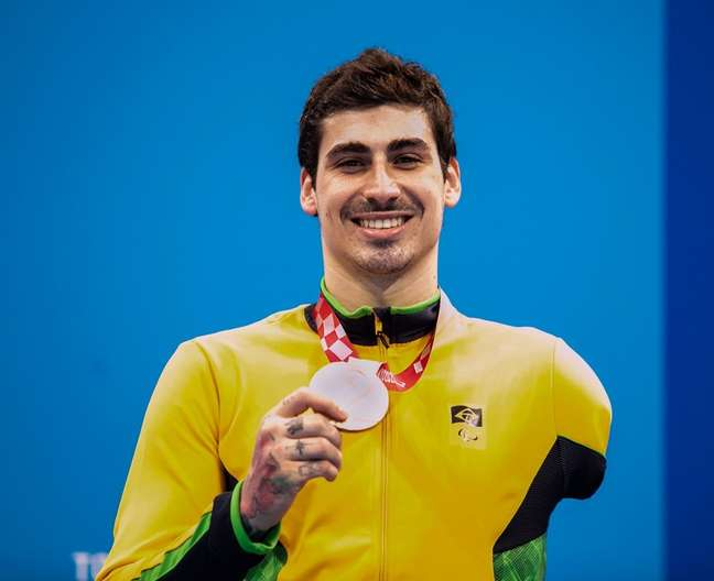 Talisson Glock exibe a medalha de bronze conquistada nesta quarta-feira na Paralimpíada Alê Cabral CPB
