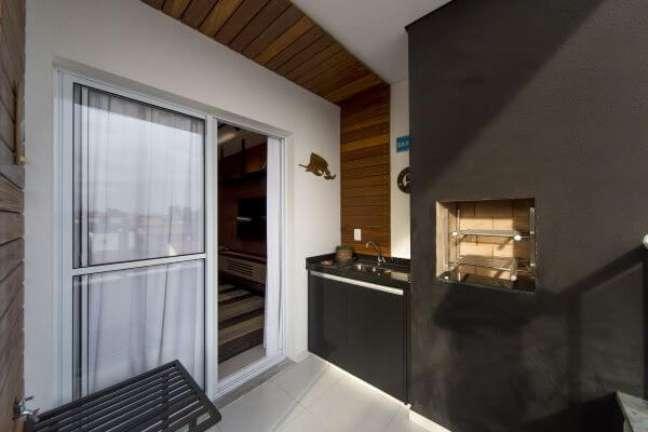 25. Churrasqueira pequena preta com gabinete preto na decoração – Foto Studio Lustosa