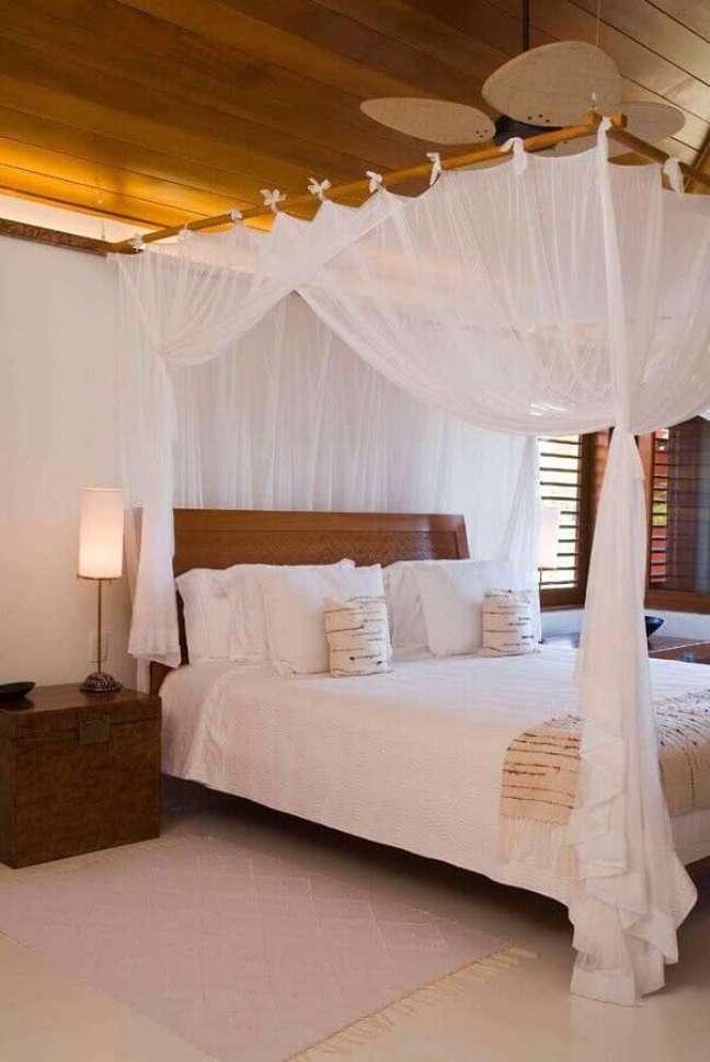 37. Decoração em cores claras para quarto de casal com cama com dossel – Foto: As Arquitetas
