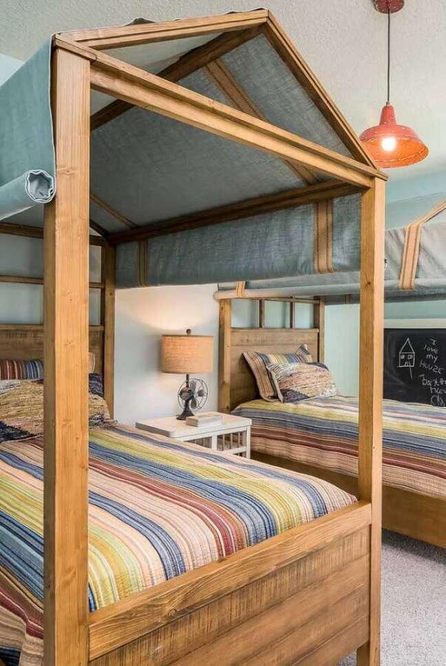17. Cama com dossel de madeira para decoração de quarto de irmãos – Foto: Decor Facil