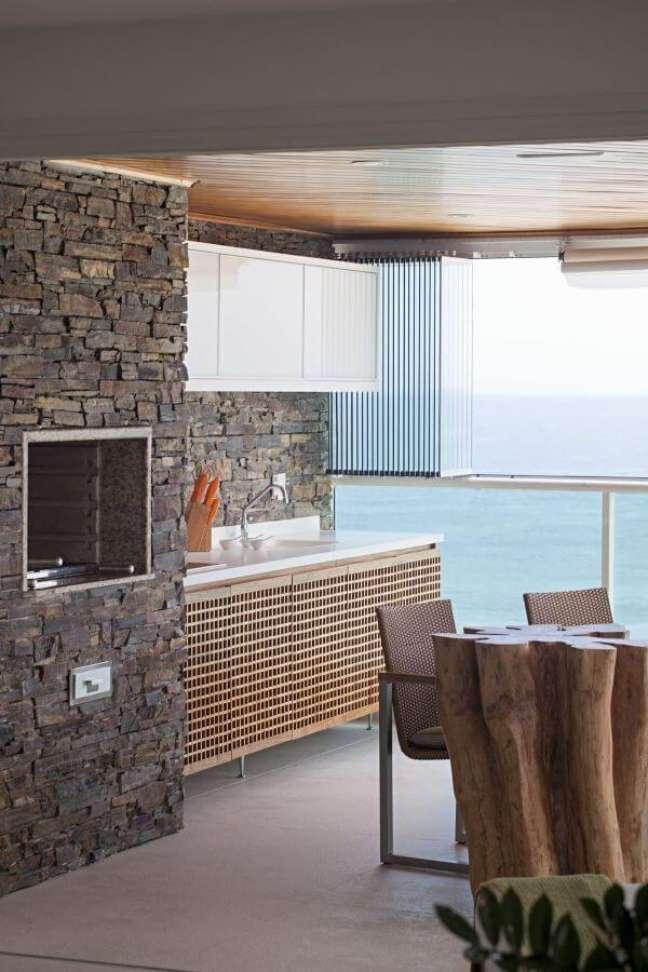 60. Área gourmet rustica com mesa de tronco com churrasqueira pequena – Foto Korman Arquitetos