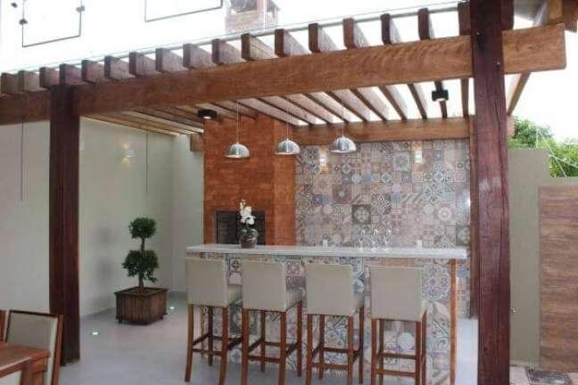 9. Área de churrasqueira pequena com pergolado de madeira e vidro revestimento colorido – Foto Bianca Monteiro