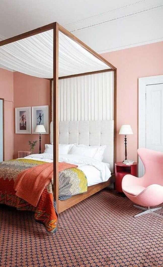 61. Quarto feminino rosa decorado com cama com dossel – Foto: Apartment Therapy