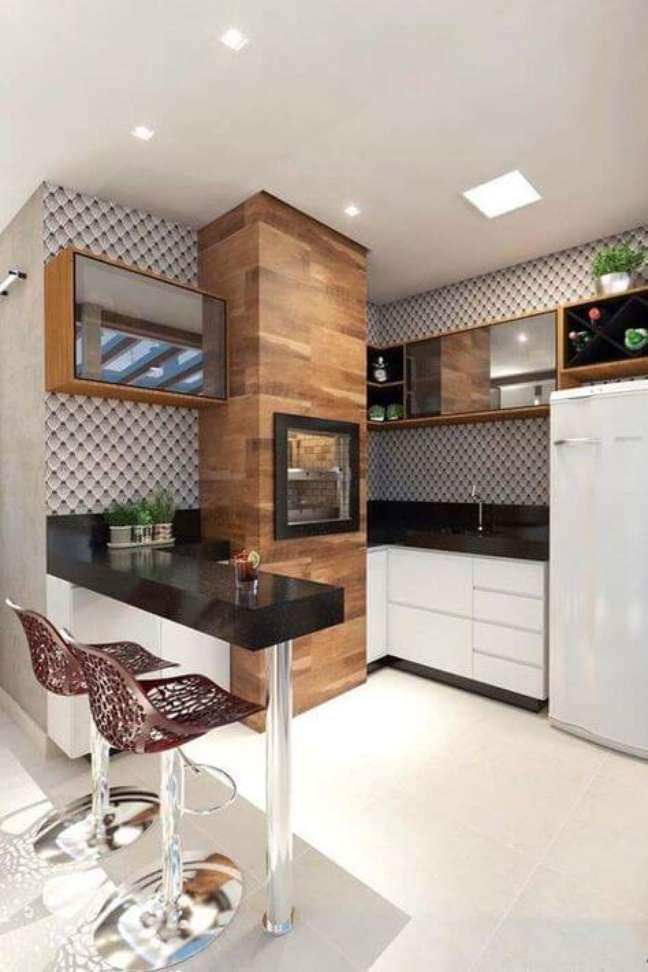 7. Cozinha com churrasqueira pequena com revestimento de madeira e granito – Foto Eduardo Muzzi Designer