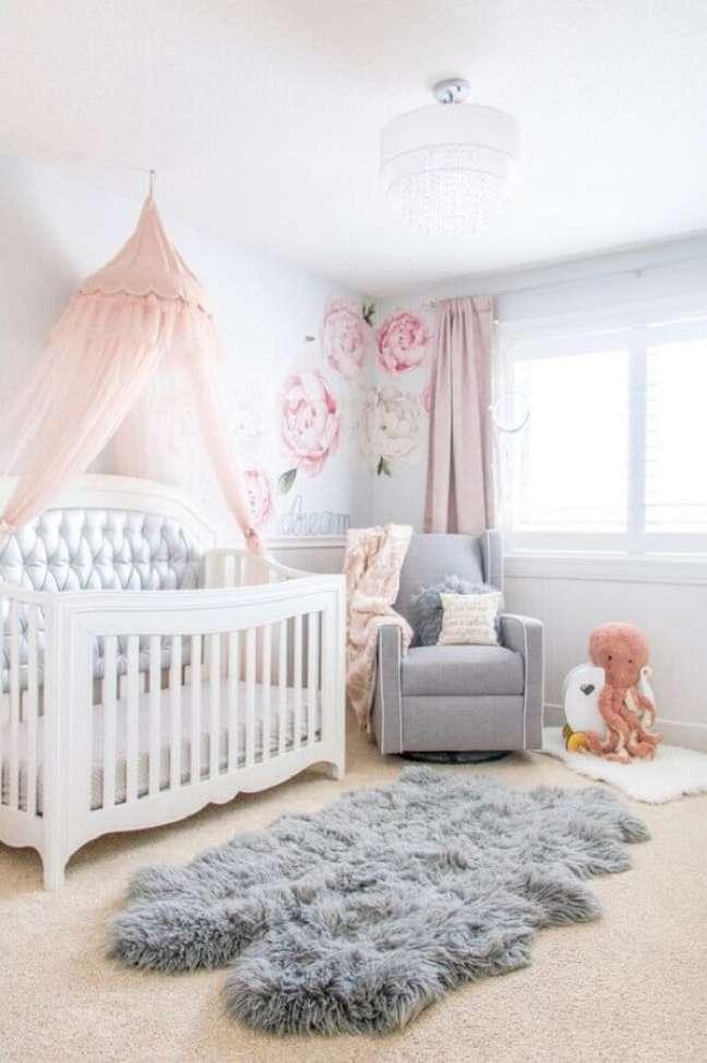 48. Dossel para berço de quarto de bebê decorado com tapete felpudo e poltrona cinza – Foto: Home Fashion Trend