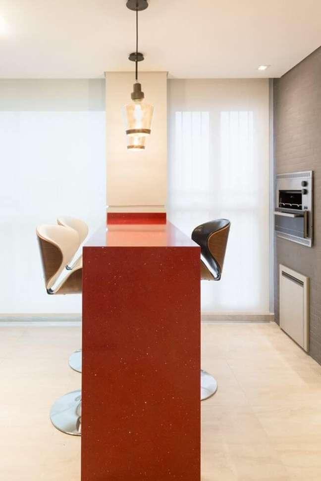 51. Área de churrasqueira pequena com bancada vermelha e banquetas modernas – Foto Andrea Petini