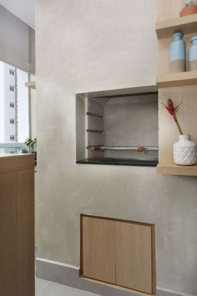 16. Churrasqueira pequena embutida na parede e revestida de cimento queimado – Foto Bianchi e Lima Arquitetura