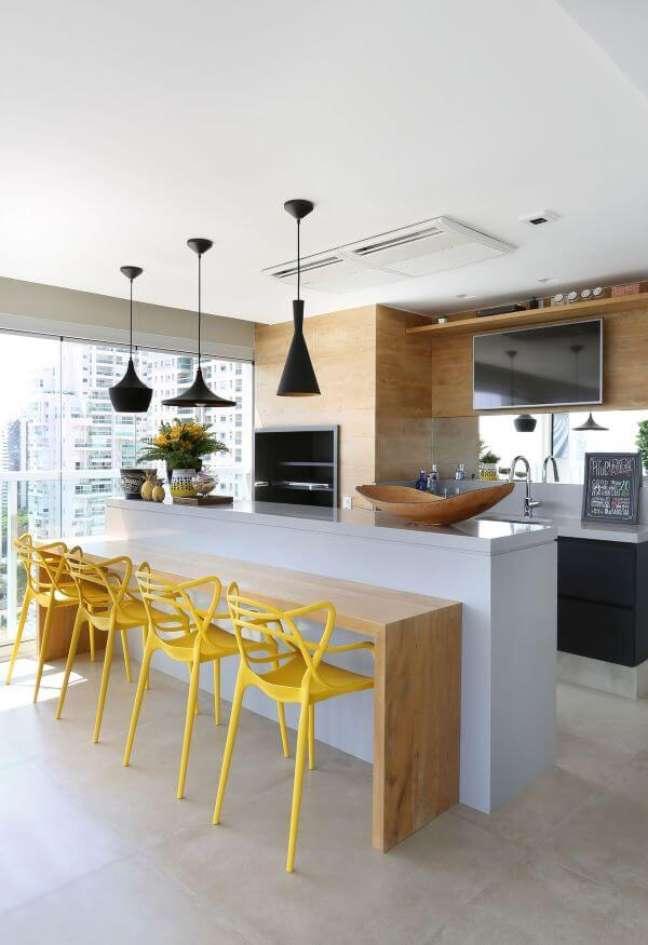 54. Varanda gourmet moderna com churrasqueira pequena e revestimento de madeira – Foto Karen Pisacane