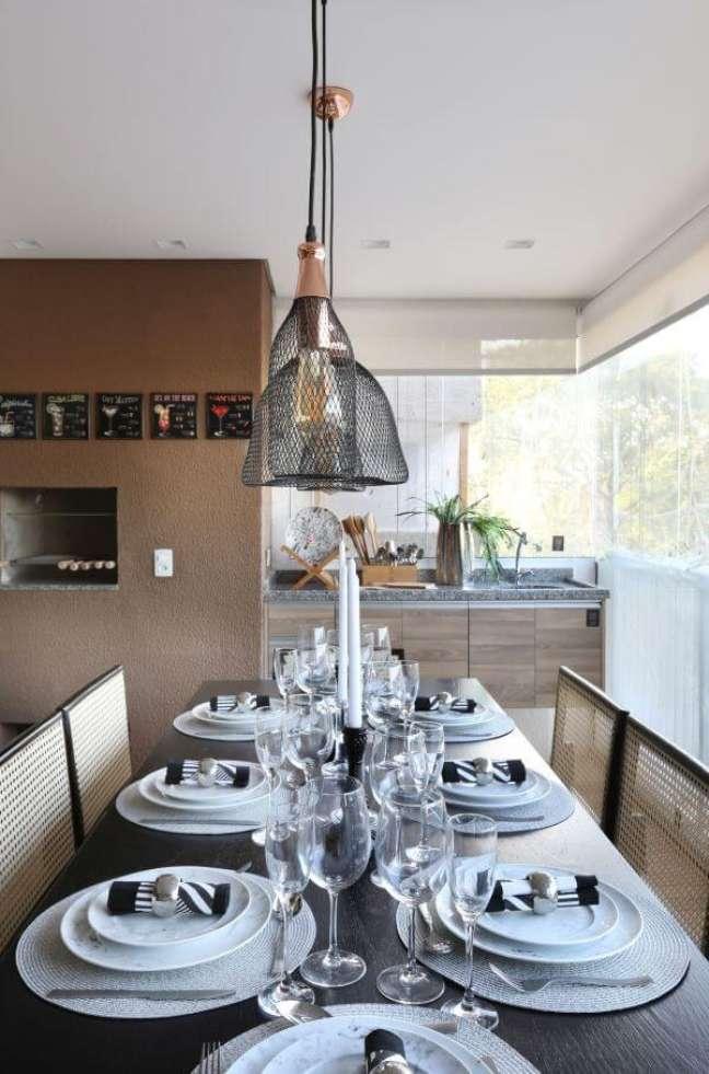 26. Churrasqueira pequena na varanda gourmet com mesa de jantar de madeira retangular para 8 lugares – Foto Lucia Wjuniski