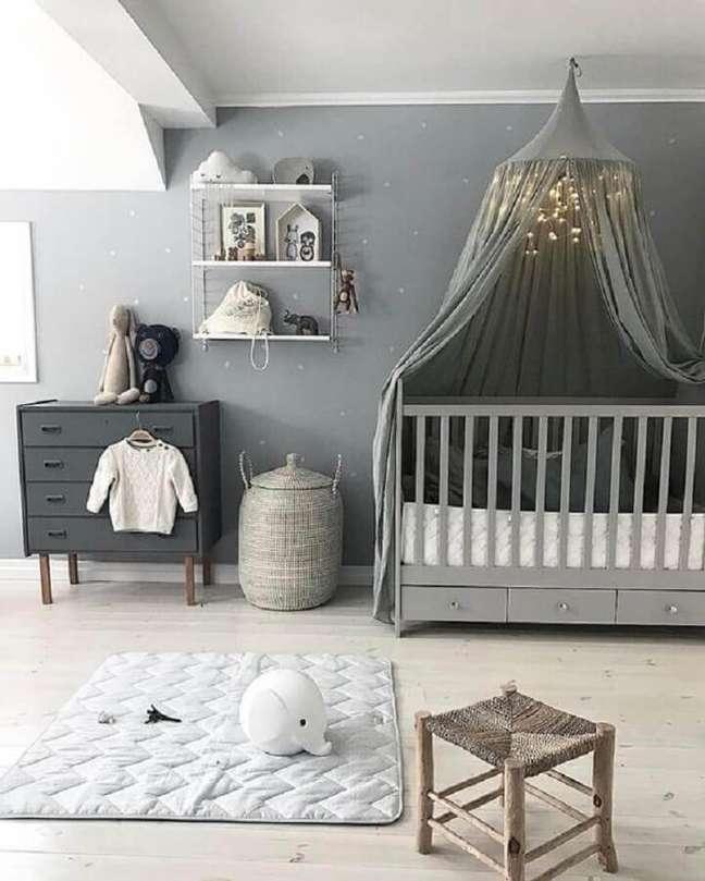 53. Quarto de bebê cinza decorado com dossel de teto para berço – Foto: Decor Fácil