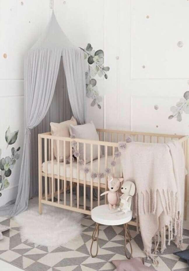55. Quarto de bebê cinza e branco decorado com dossel para berço de madeira – Foto: Nursery Decor e Design