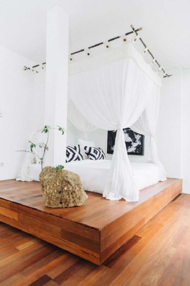 62. Quarto minimalista decorado com mosquiteiro para dossel de parede – Foto: One Kindesign