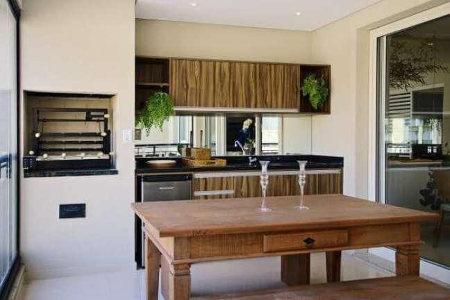 53. Apartamento com churrasqueira pequena na área gourmet e moveis de madeira rústicos – Foto Sesso e Dalanezi Arquitetura e Desing