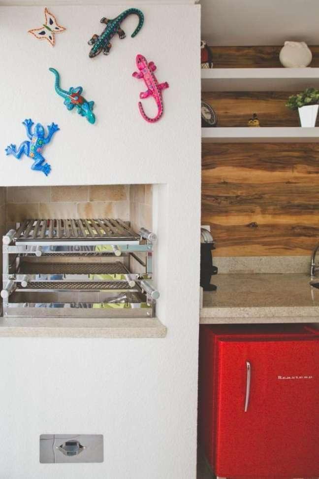 14. Churrasqueira pequena na área de lazer com decoração divertida – Foto Cristina Mussi