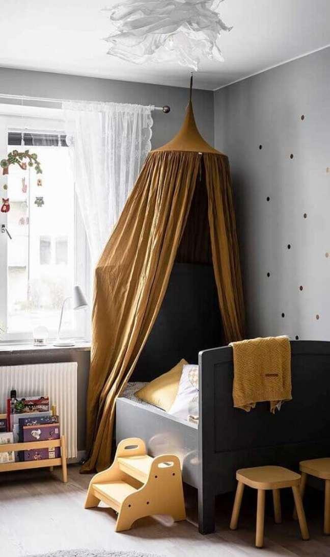 5. Cama com dossel de teto para decoração de quarto de infantil em tons de cinza – Foto: DecoRecent
