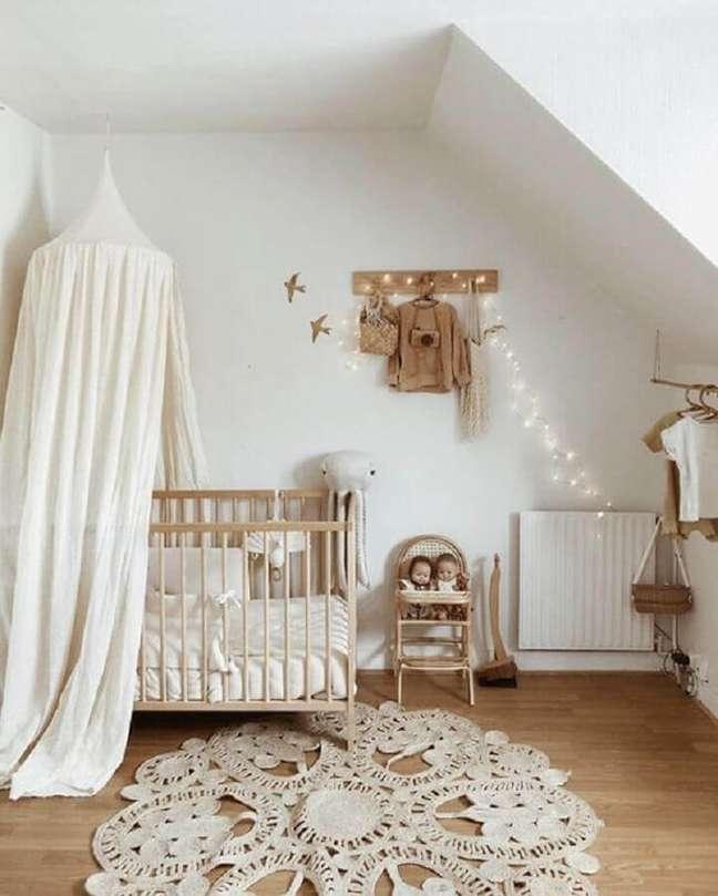 59. Quarto de bebê neutro decorado com dossel de teto para berço – Foto: Lidor