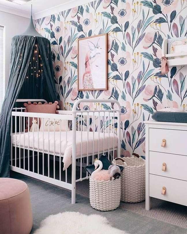 47. Dossel de teto para quarto de bebe decorado com papel de parede floral – Foto: Home Fashion Trend