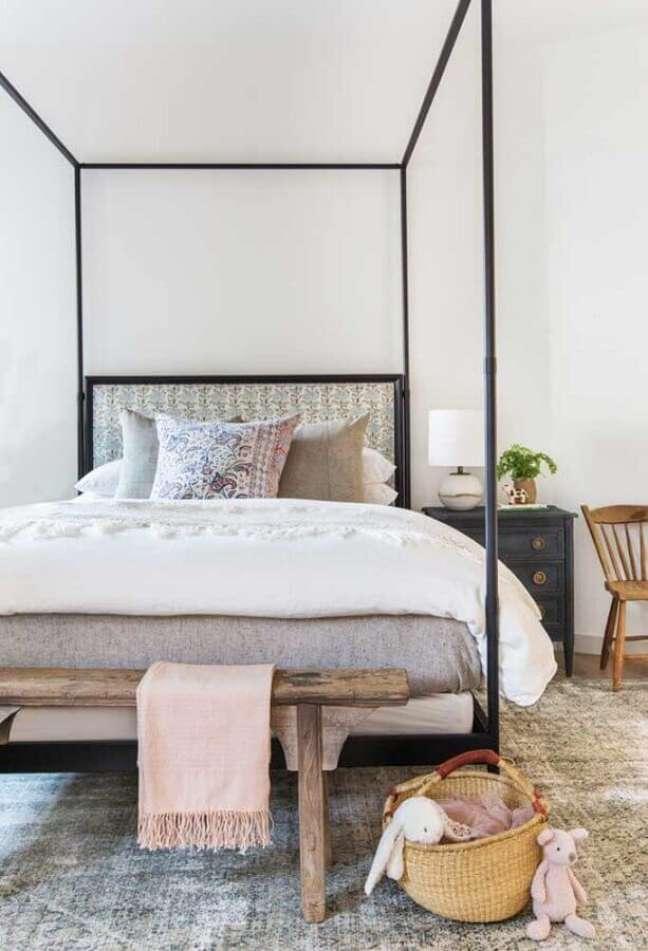 63. Quarto simples decorado com banco rustico e cama com dossel – Foto: Decor Fácil