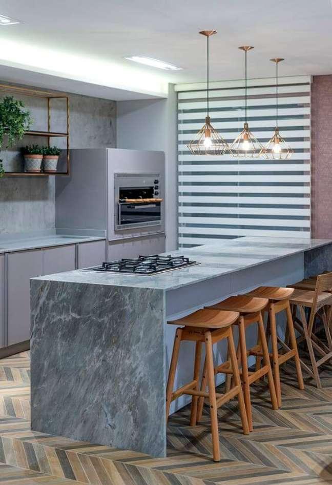 2. Churrasqueira gourmet pequena na cozinha moderna com bancada de mármore – Foto Eliege Longen