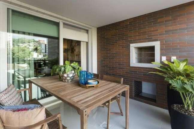 59. Casa com área gourmet e churrasqueira pequena de parede – Foto Julianna Pippi