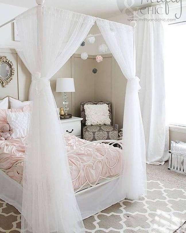 42. Dossel com mosquiteiro para decoração de quarto feminino em cores claras – Foto: Sara Azevedo Design de Interiores