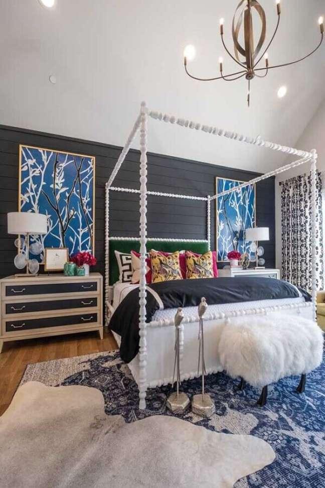 28. Cama com dossel para quarto de casal decorado com quadros grandes para parede preta – Foto: Houzz
