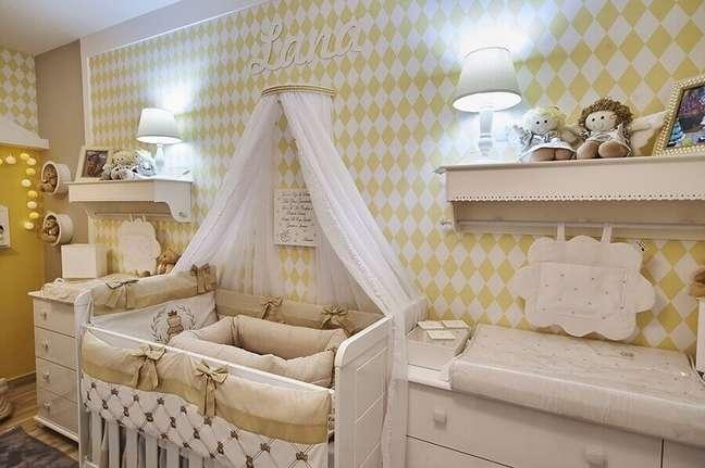 4. Decoração de quarto de bebê branco e amarelo com dossel de parede – Foto: Andrea Bento