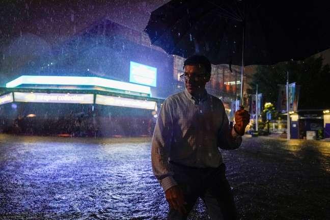 Homem atravessa ruas alagadas em Nova York