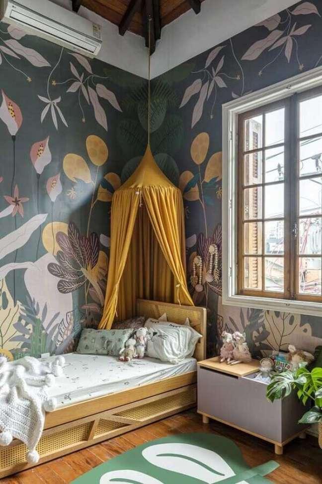 31. Cama com dossel para quarto decorado com papel de parede floral – Foto: Decor Petit