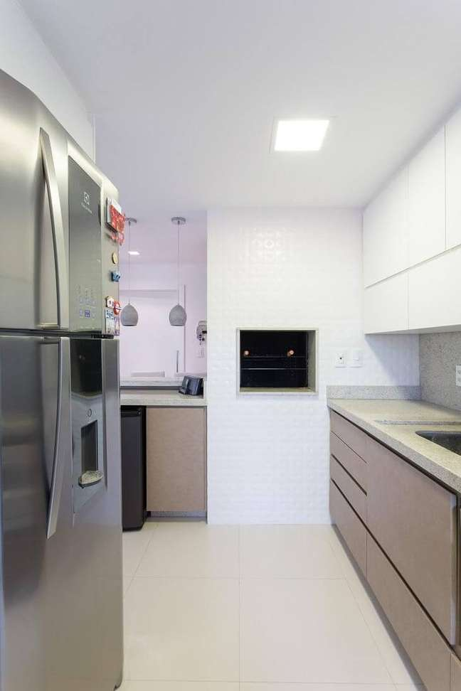 30. Cozinha com churrasqueira pequena embutida – Foto Kali Arquitetura