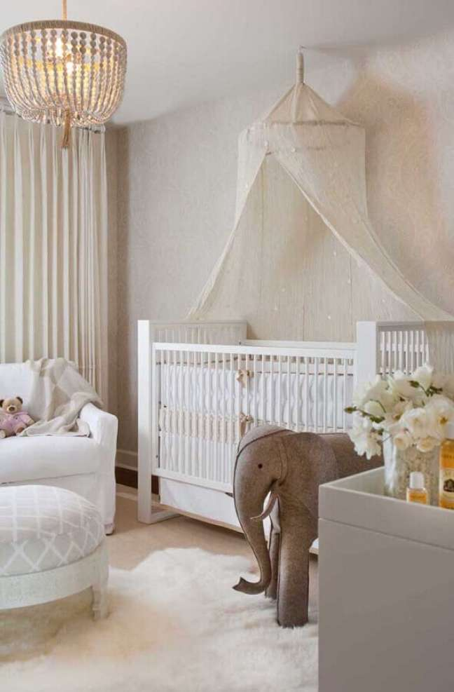 13. Berço com dossel de teto para decoração de quarto de bebê em cores claras – Foto: Decor Fàcil