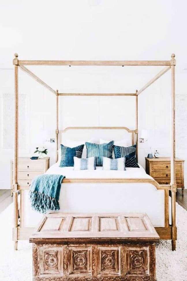 2. Cama com dossel sem mosquiteiro para decoração de quarto branco com moveis rústicos – Foto: Maison & Travaux