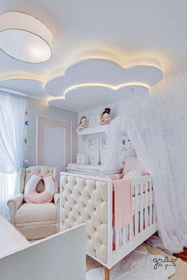 16. Berço com dossel para quarto de bebê feminino decorado com nuvem no teto – Foto: Grão de Gente