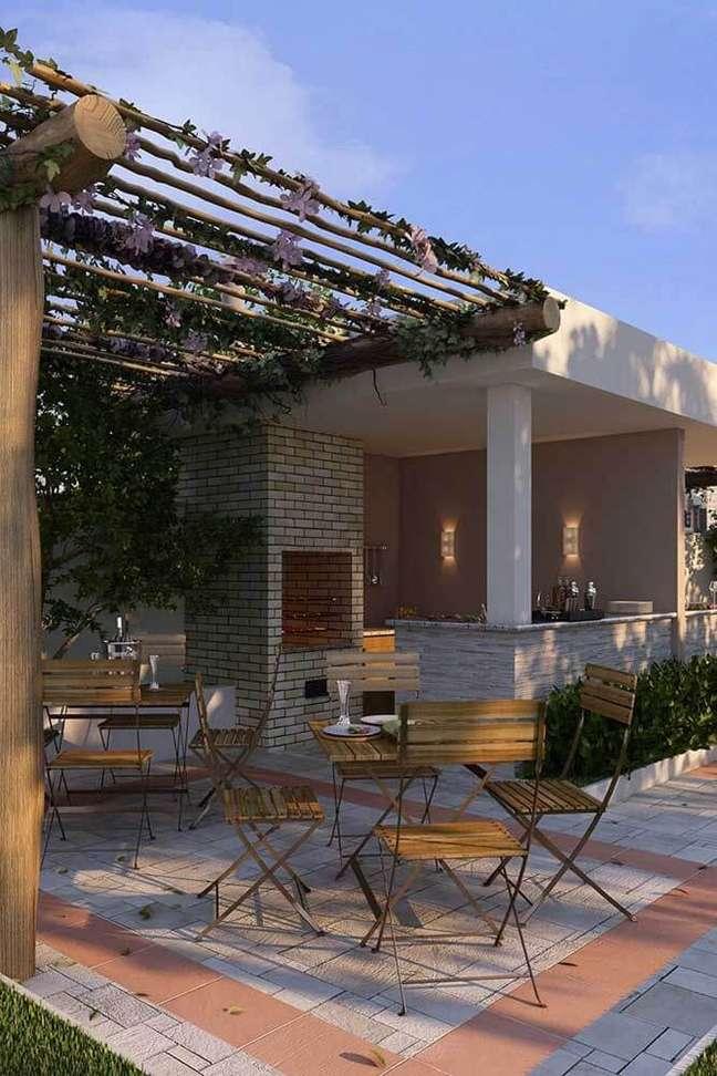 70. Área de churrasqueira pequena de tijolinho e pergolado decorado com plantas – Foto Pateo Dona Tecla da Construtora CPD