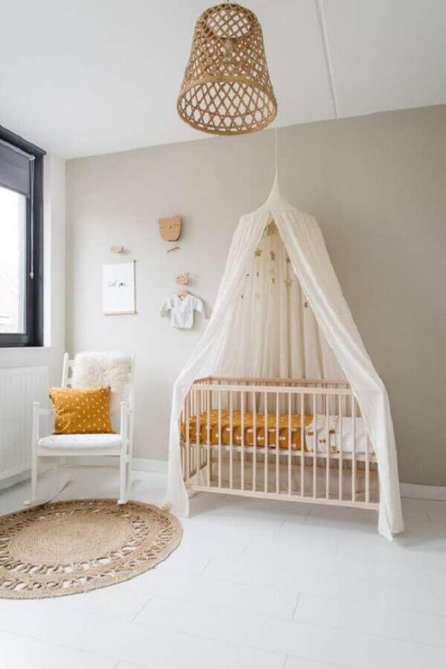 60. Quarto de bebê simples decorado com dossel de teto – Foto: DecoRecent