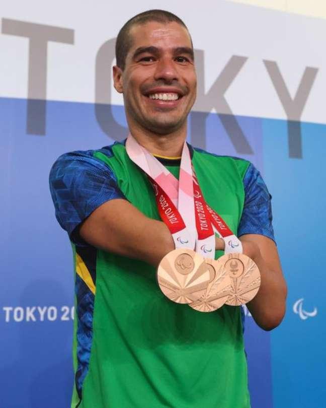 Daniel Dias exibe os três bronzes que ganhou em Tóquio, onde encerrou a carreira com 27 medalhas em Paralimpíadas