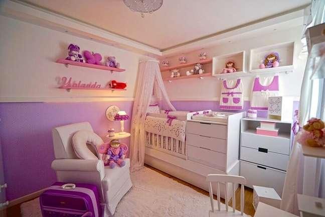 12. Berço com dossel de parede para quarto de bebe feminino decorado em branco e lilás – Foto: Andrea Bento