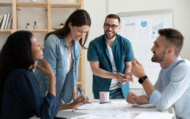 Pessoas com diferentes signos no trabalho podem dar certo e os astros explicam o porquê - Shutterstock.