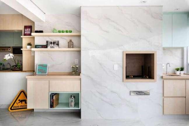57. Churrasqueira gourmet com revestimento marmorizado branco – Foto Portobello