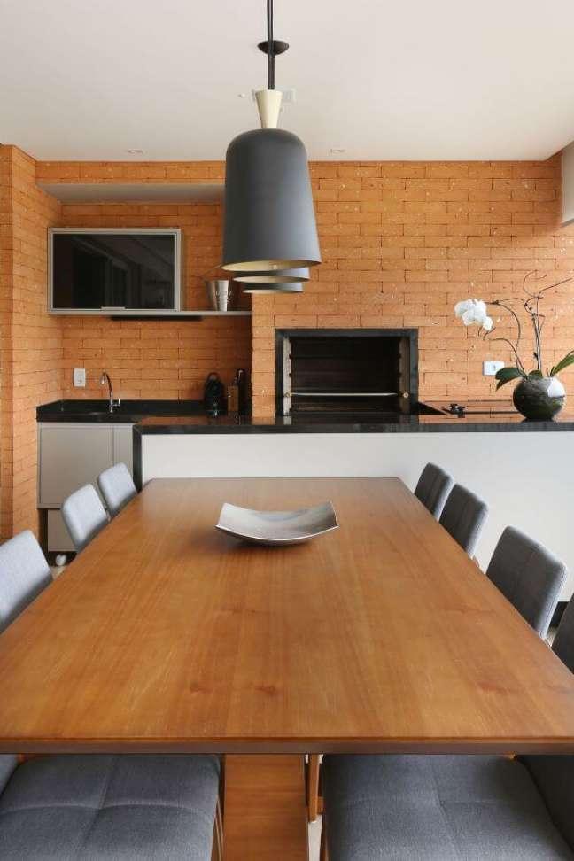 11. Área de churrasqueira pequena com revestimento de tijolinho e moveis de madeira modernos – Foto Ester Zanquetta