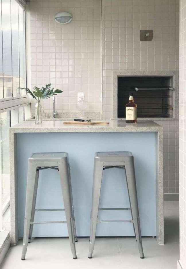 38. Espaço para churrasqueira pequena embutida e balcão de granito cinza para duas banquetas – Foto Dall Anese Arquitetura