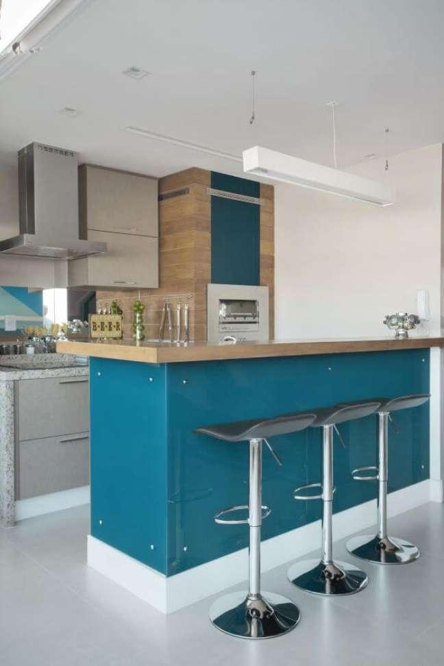 32. Cozinha com churrasqueira pequena revestida de madeira e tinta azul – Foto Mariana Martini
