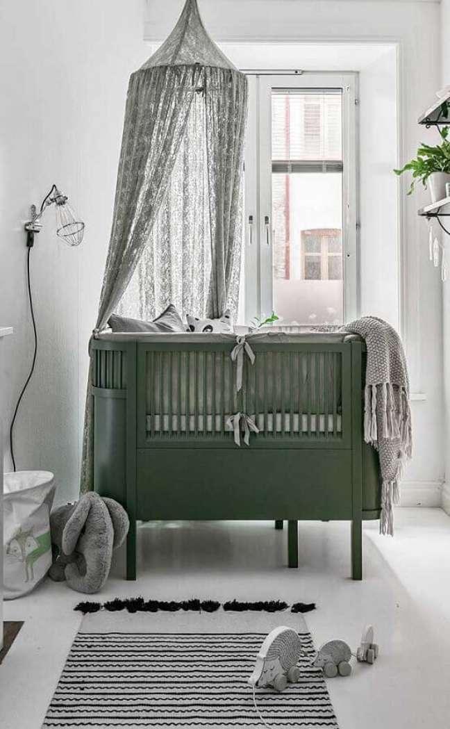 14. Berço com dossel para decoração de quarto de bebê minimalista – Foto: Apartment Therapy