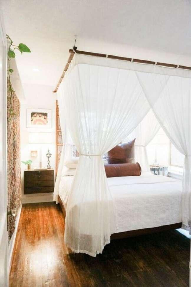 25. Cama com dossel para quarto de casal branco decorado com criado mudo suspenso – Foto: Home BNC