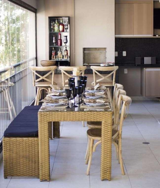 35. Decoração com churrasqueira pequena e moveis rústicos na área de lazer de apartamento – Foto Madi Arquittura e Design