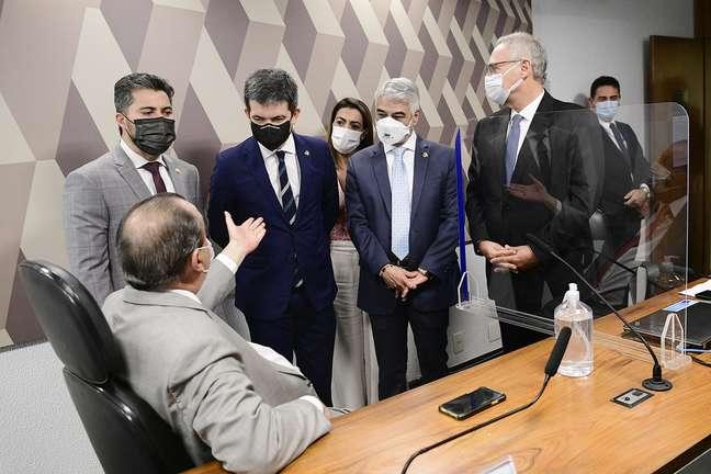 Marcos Rogério, Omar Aziz, Randolfe Rodrigues, Humberto Costa e Renan Calheiros durante intervalo da CPI