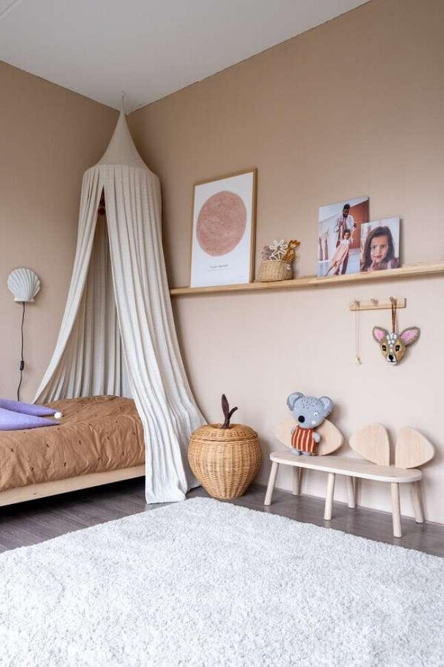 36. Decoração de quarto infantil simples com dossel de teto – Foto: Home Fashion Trend