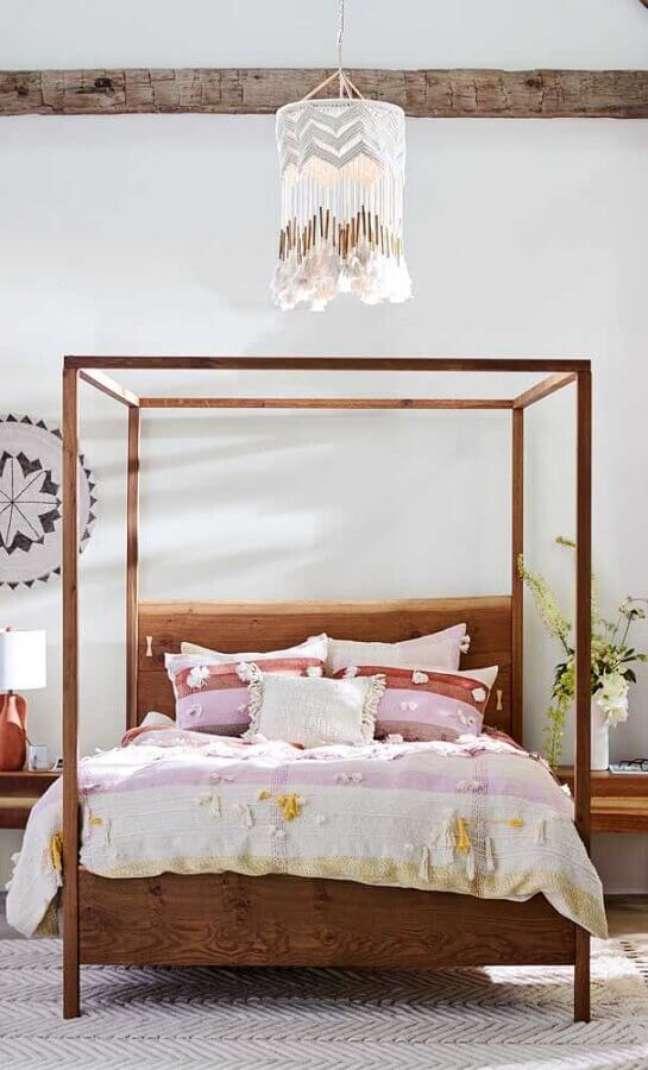 6. Cama com dossel de madeira sem mosqueteiro para decoração de quarto simples – Foto: Anthropologie