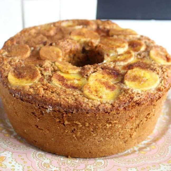 Aprenda como fazer bolo de banana com aveia simples.